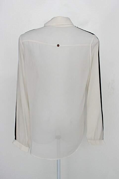 Camisa ampla khelf feminina bege com recorte preto na manga_foto de costas