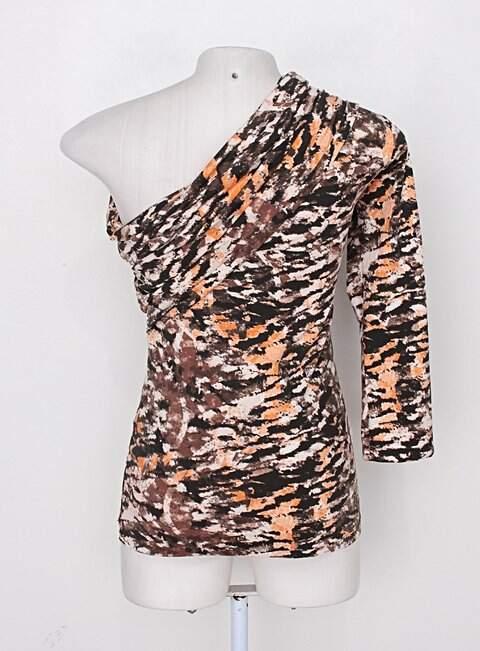 Blusa meio ombro zinco feminina marrom e laranja estampada com drapeado_foto de costas